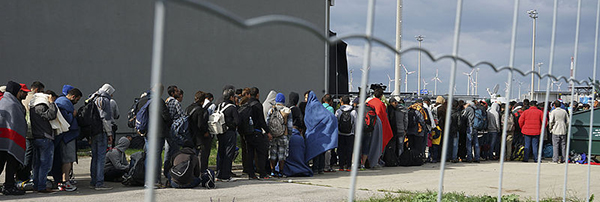 A_line_of_Syrian_refugees_crossing_the_border_of_Hungary_and_Austria_on_their_way_to_Germany._Hungary,_Central_Europe,_6_September_2015_600